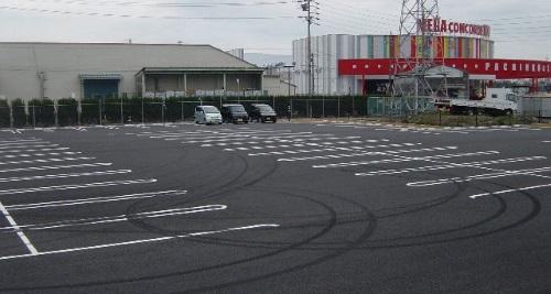 パチンコ店駐車場